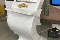 Infokioks z półką i ekranem 22 cale wykonany z włókna szklanego dla firmy Polmarkus