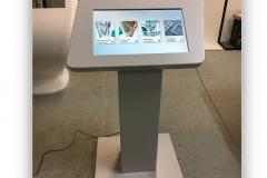 Infokiosk-stojak-multimedialny-z-ekranem-dotykowym-32-cale-wykonany-z-włókna-szklanego