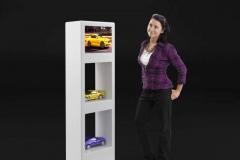 Stand prezentacyjny z półkami na produkty. Idealny projekt do salonów jak i na targi czy wystawy