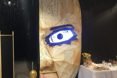 Stand w kształcie twarzy kobiety w masce. Wykonany z włókna szklanego. dla restauracji  której pracują niewidomi kelnerzy.