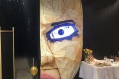 42-stand-twarz-kobiety-zmrugającym-okiem-restauracja-ciemności-differentJPG-e1529851682180