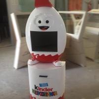 Stand interaktywny Kinder niespodzianka z drukarkąi monitorem dotykowym z obudową z tworzywa