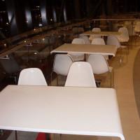 stoły do food court w centrum handlowym