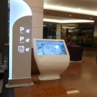 Wayfinder kiosk multimedialny CH Arkadia w Warszawie z włókna szklanego