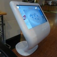 Infokiosk infopunkt z ekranem dotykowym Arkadia wykonany z włókna szklanego kompoytu