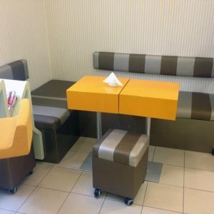 Pufy i stoły do kawiarni na zamówienie