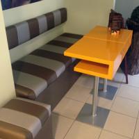 Pufy i stoliki do kawiarni z włókna szklanego