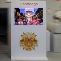 stand multimedialny do prezentacji multimedialnych Lionbridge wykonany z włókna szklanego