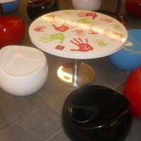 Pufy i stoliki dla dzieci w centrum handlowym