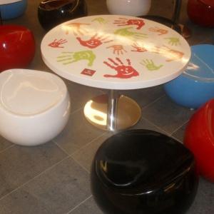 Pufy i stoliki dla dzieci wykonane z włókna szklanego i żywicy