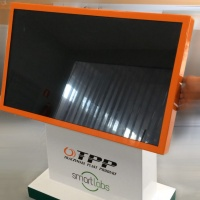 Stół multimedialny z monitorem 40 cali wykonany z włókna szklanego