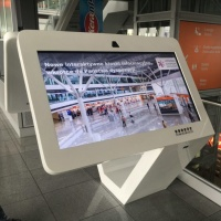 kiosk ekran interaktywny na lotnisku Chopina