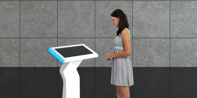 Interaktywny infokiosk z ekranem dotykowym 21 cali