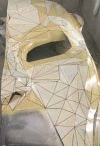 Pomalowany Stand w trójkąty. Stand w kształcie maski