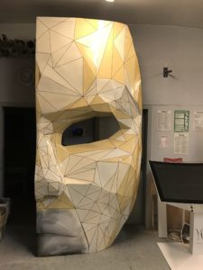 Stand w kształcie maski do restauracji Different po malowaniu trójkątów