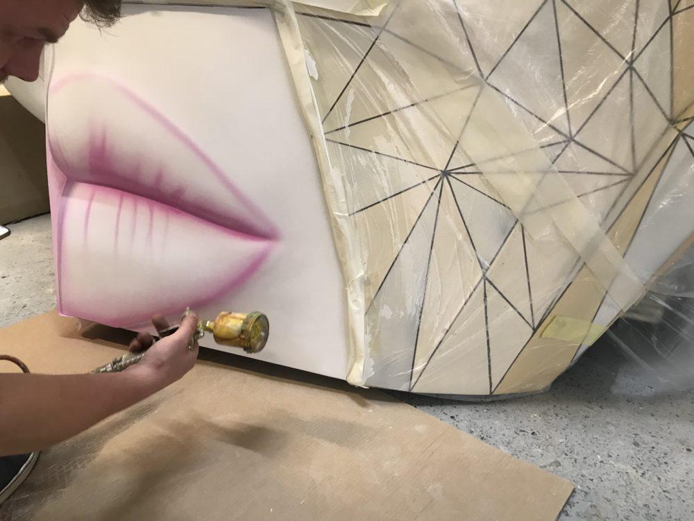 Malowanie kobiecych ust w standzie maski z włókna szklanego