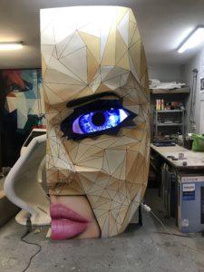 Stand maska do restauracji different z zamontowanym i mrugającym okiem