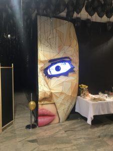 Stand Twarz kobiety w masce z mrugającym okiem- Restauracja W Ciemności Different