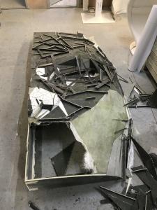 Stand maska z której usuwa się kawałki włókna szklanego po wylaminowaniu
