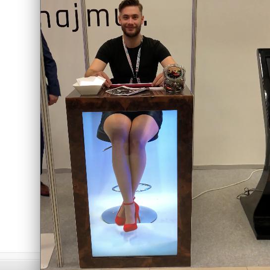 Lada na targi event z ekranem nogami