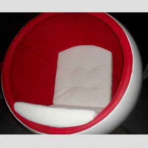Nietypowy wystrój salonu czyli fotel kula z włókna szklanego