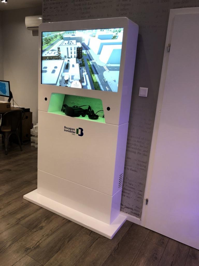 standy multimedialne w systemie identyfikacji wizualnej Stand z ekranem dotykowym 32 cale i oculus